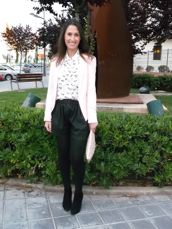 Blazer rosa palo, clutch, short piel negro, botines, booties, pale pink, leather short