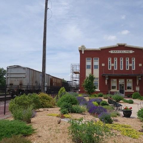 ミュージアムの横は鉄道が走る。