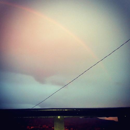 Al este, un arcoiris.
