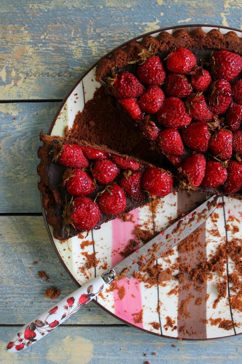 Torta al cioccolato con confettura di fragole piccante e fragole arrostite