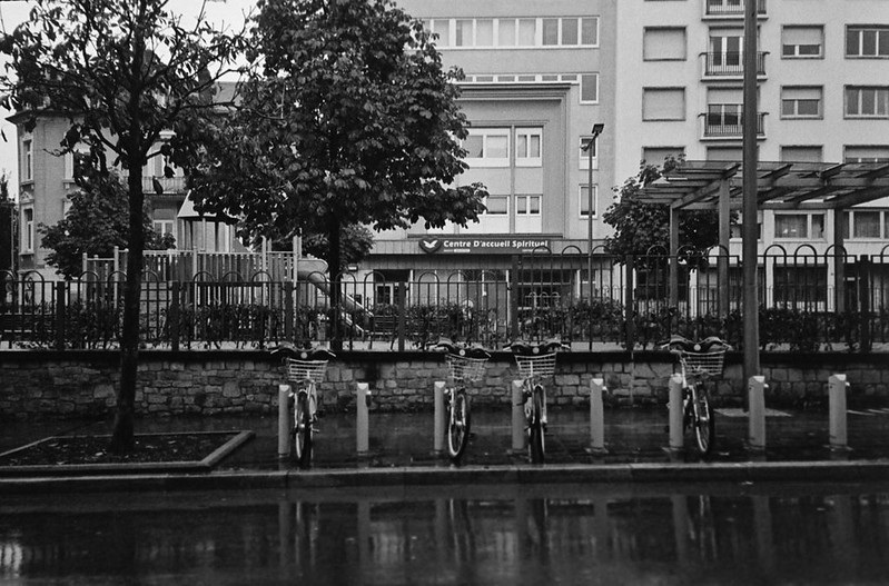 Προχωρημένες ιδέες σε μια ιδιαίτερα ανεπτυγμένη χώρα. Όμως τα ποδήλατα εδώ δε τα χρησιμοποιεί κανείς αφού το υψηλό κατα κεφαλήν εισόδημα επιτρέπει στον καθένα να έχει το δικό του αυτοκίνητο.