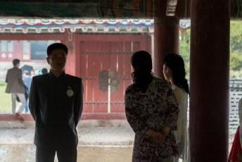 Er was 'toevallig' net een bruidspaar voor de foto's aanwezig. Allemaal met zo'n rood speldje.
