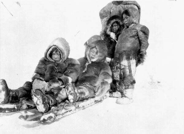 bambini inuit su slitta vicino Igluligaarjuk