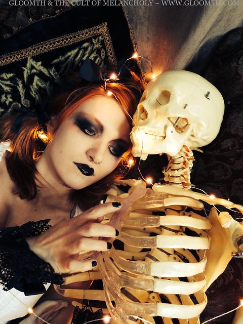 gloomth goth skeleton valentine syringe model