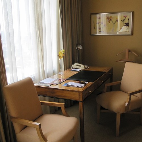 Desk area Executive Room at Conrad Centennial #singapore by @MySoDotCom