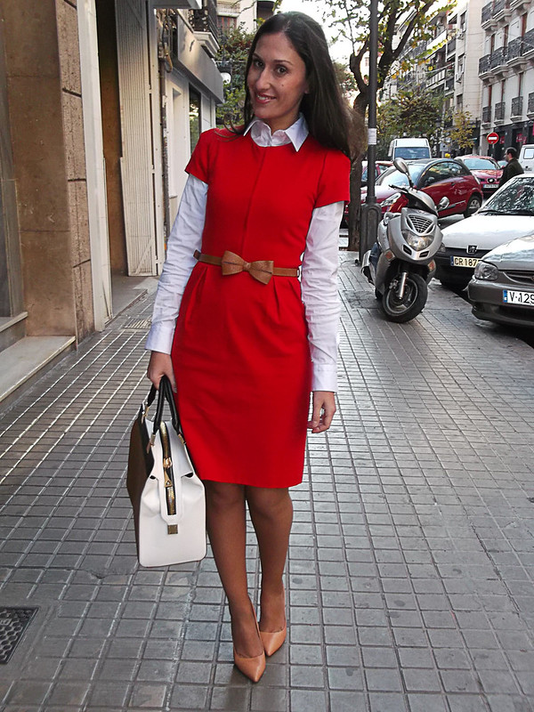vestido rojo, manga corta, lady, cinturón con lazo, piel canela, bolso tricolor, salones maquillaje, red dress, short sleeved, lady, cinnamon belt bow, tricolour bag, makeup stilettos, zara, mango, Massimo dutti, Tintoretto