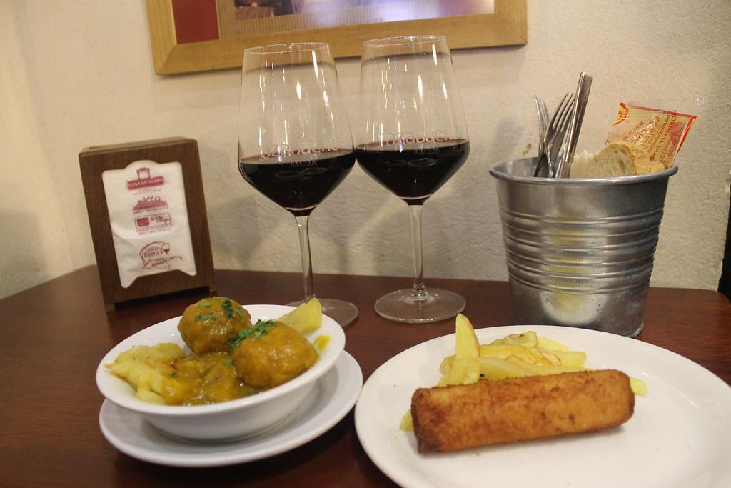 Tapear en Sevilla: Albóndigas de choco y flamenquín, en 'La Bodega de la Alfalfa'
