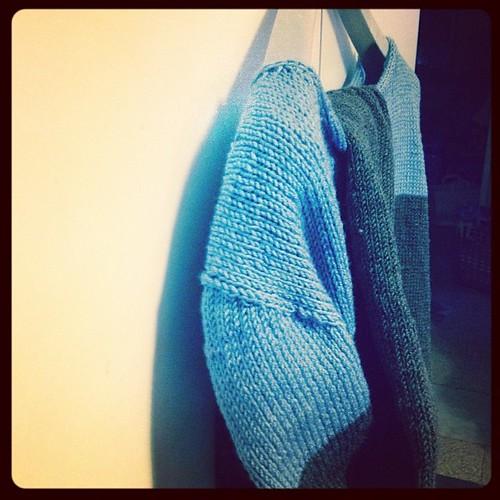 Grand- bicolore #istantsdelouise #instaknit #lavoroamaglia #fattoamano #handmadewithlove #knitting #knit