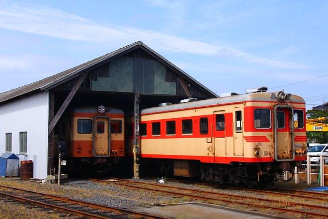 車庫を出発するキハ2005