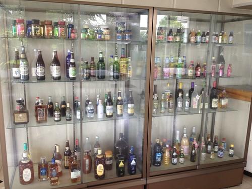 入り口にはビンたちがお出迎え@日本山村ガラス東京工場