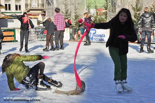 Nens patinant a la pista de gel a Brugges