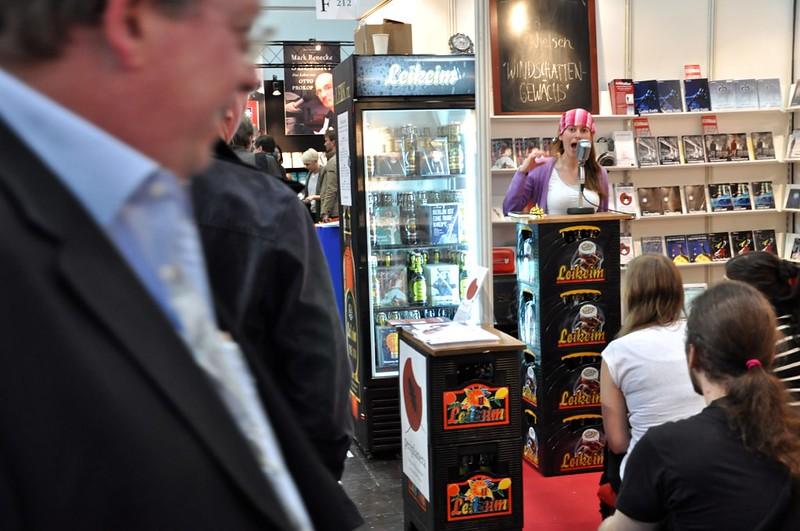 Clara Nielsen am Periplaneta Tresen auf der Leipziger Buchmesse