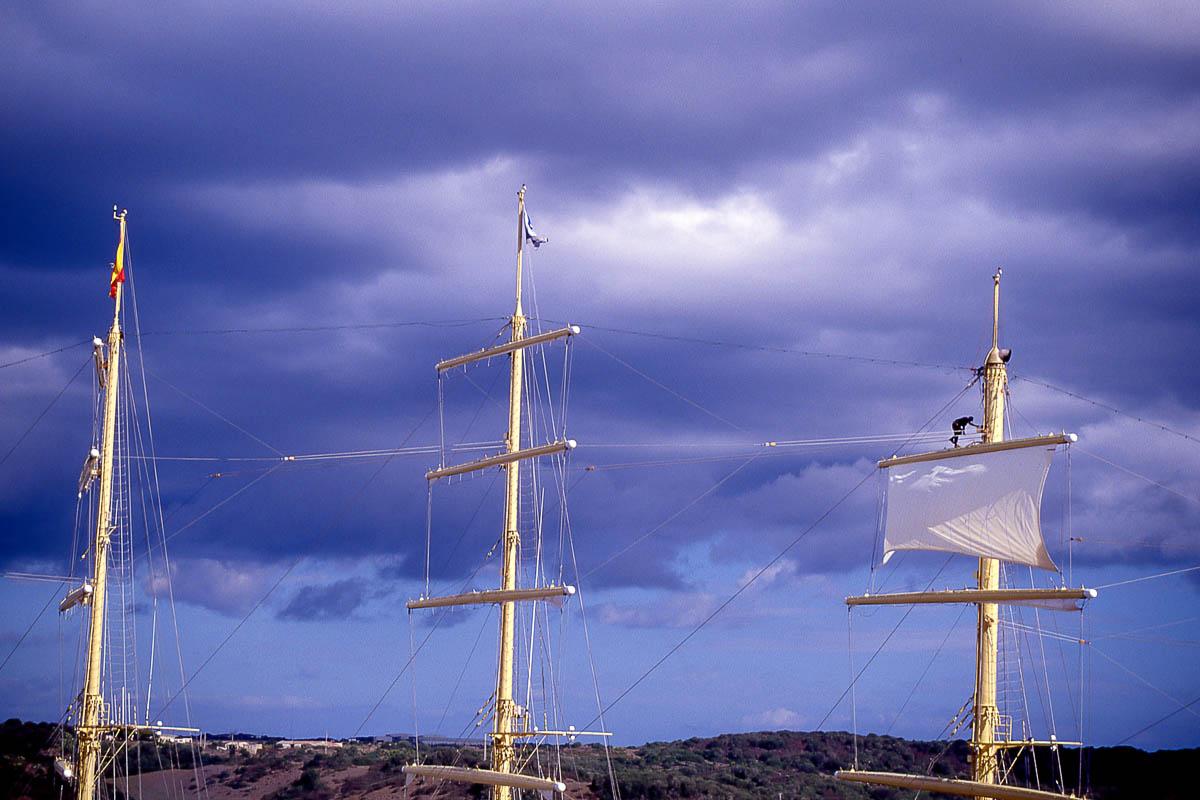 Velero de mástiles altos en el puerto de Mahón