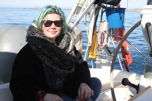 Tina er fornøyd etter å ha jobba som frivillig på Sørøyrocken