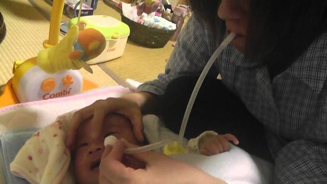 是網路上某位日本媽媽的示範照,示範如何使用口吸式吸鼻器。
