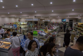 Voordat we gingen eten reden we nog even langs de friendshipwinkel zodat er nog wat harde valuta uit de groep geperst konden worden (het is voor toeristen niet toegestaan de lokale munteenheid te bezitten).