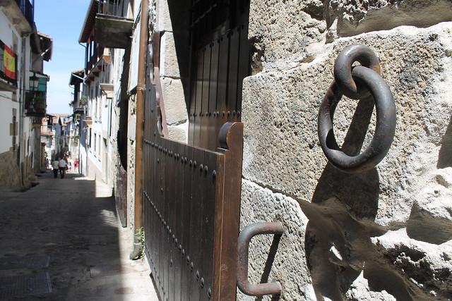 Amarres para ganado y caballos a las puertas de las casas de Candelario