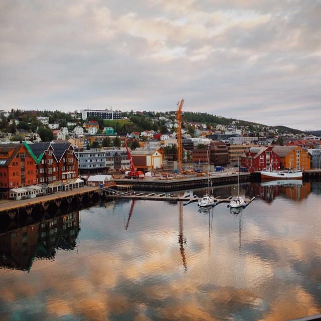 Así de bonita y soleada está Tromsø a la 1 de la mañana desde el hotel #laponianoruega