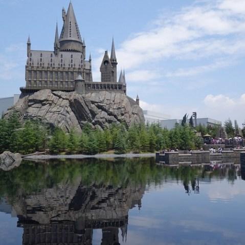 三本の箒裏手からホグワーツ城を望む。これは…すごい。