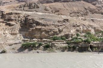 Het laatste gehucht dat we aan de overkant zagen voordat de Pamir Highway zijn route veranderd en niet meer langs de grens loopt.