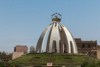 Als je Qurghonteppa binnenkomt heb je meteen links dit monument.