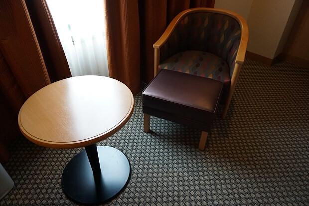 170325 ヒルトン成田デラックスプラスクイーン椅子とテーブル