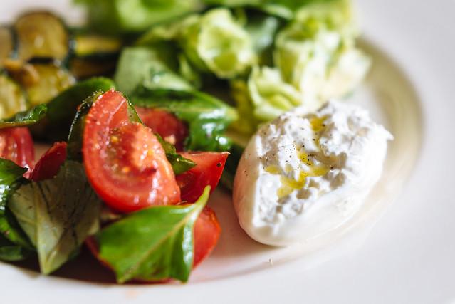 Zomer op je bord: burrata met olijfolie, tomaat en basilicum