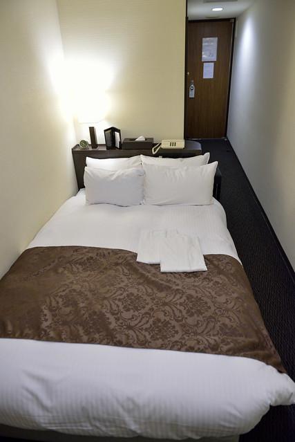 【京都塔飯店】床和走道的相對空間,以這個價位可以在這個地段住到這樣的房間,還算滿意