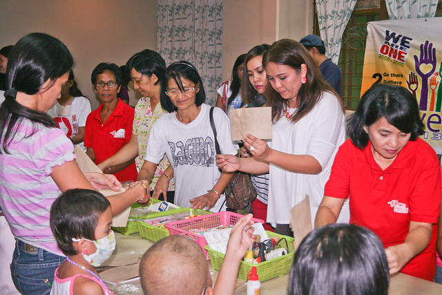 Tin Tica teaching the moms and kids of Tahan-Tahanan scrapbooking