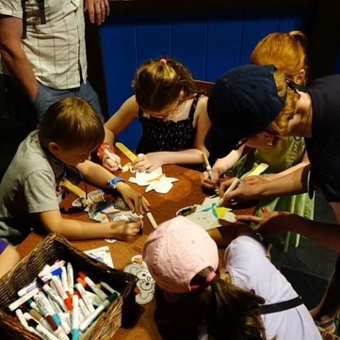 子供たちが紙のお面に塗り絵。エプコットらしいシーン。