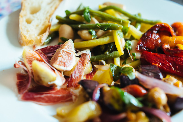 Zomer op je bord: caponata, bonensalade, gegrilde paprika, vijg met ham
