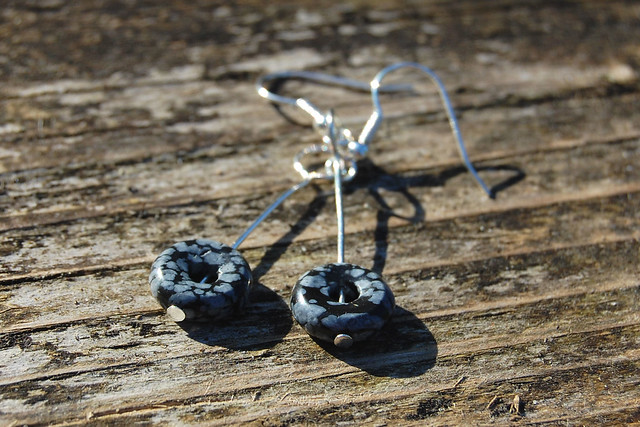 Studio Paars - handmade gemstone earrings Snowflake Obsidian donuts/ handgemaakte edelsteen oorbellen Sneeuwvlok Obsidiaan