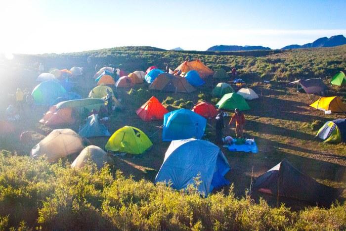 清晨的小溪營地,經過昨晚的大風,很多人的天幕已經放棄,也很多人已經出發攻頂西峰。