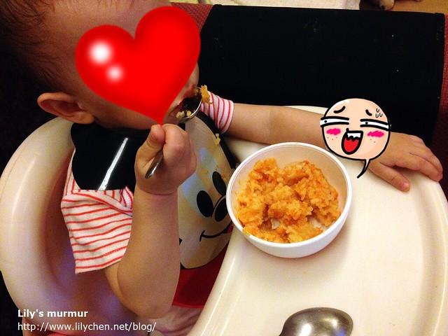 加入SOUP STAR星高湯的雞高湯煮出來的紅蘿蔔雞湯粥,小妮吃得津津有味!