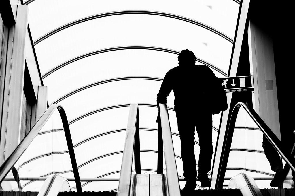 Imagen gratis de unas escaleras mecánicas de un aeropuerto en blanco y negro
