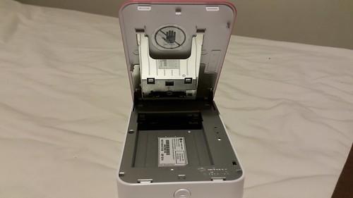 ตัวเครื่อง LG Pocket Photo Hello Kitty Edition ด้านในสำหรับใส่กระดาษพิมพ์