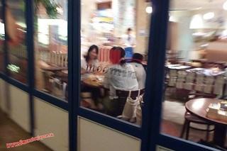 P1060513 Puedes comer junto al hipopotamo. Canal City, centro comercial (Fukuoka) 12-07-2010 copia