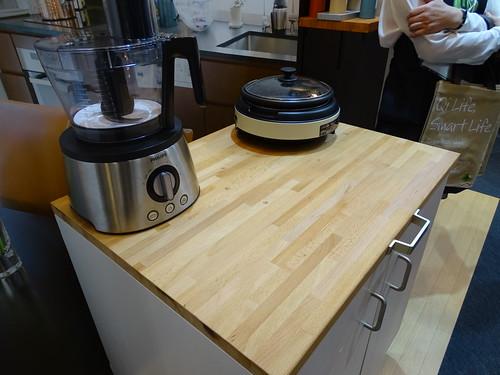 家電製品にも類似技術を使った例。木で出来たテーブルの下に色々仕込まれてて、その上では無接点で給電可能という。