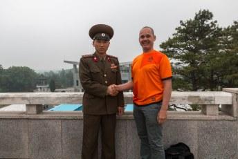 Maar ik kon nu wel even handje schudden met een Noord-Koreaanse militair.