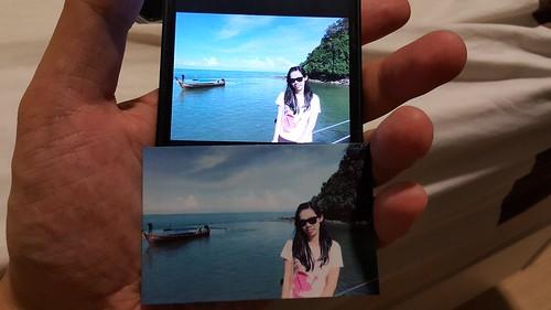 เทียบภาพบนสมาร์ทโฟน กับภาพที่พิมพ์ออกมา ภาพที่พิมพ์ออกมี สีจะจืดกว่าหน่อยครับ