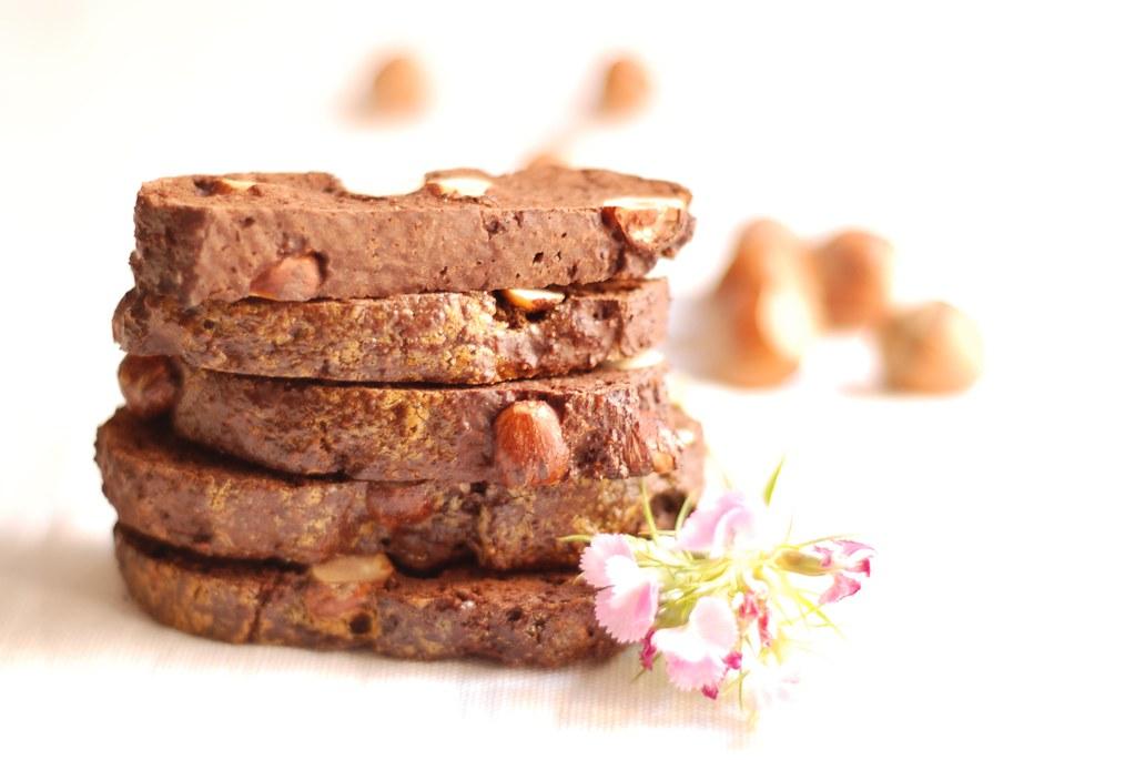 Carquiñolis de avellanas y chocolate