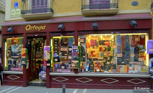 """Escaparate de la tienda """"Sucesores de Ortega"""", en la calle Mayor"""
