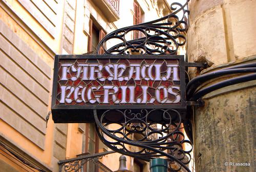 """Letrero de la """"Farmacia Negrillos"""", en la confluencia de la calle Mayor con la calle Eslava"""