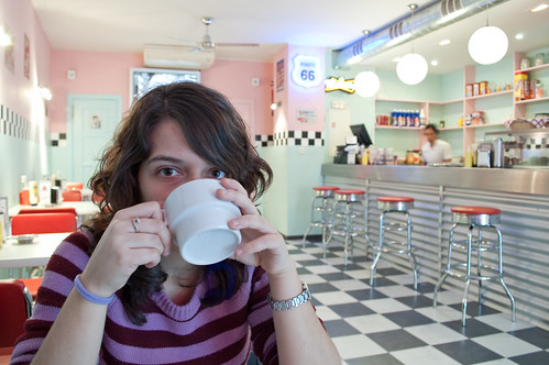 Mi hermana tomando un café en el Buddy Holly's