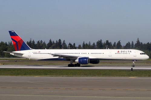 Delta B757-300(N588NW)