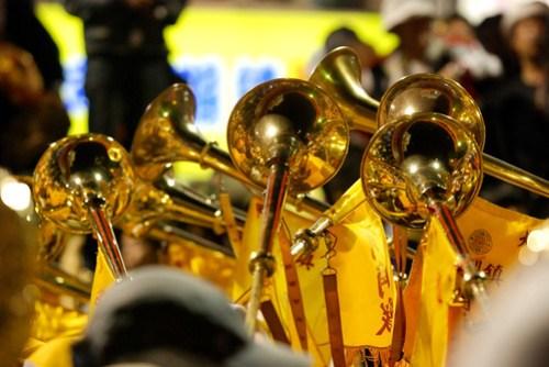 每隔一陣子他們會先吹一長低音,再吹一長高音,再吹一長低音