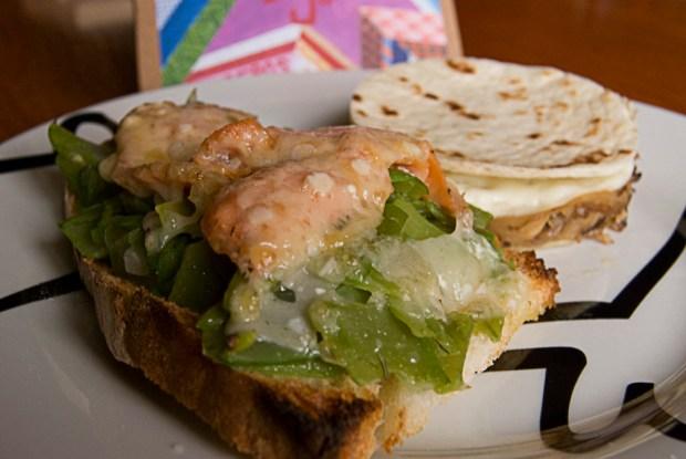 Tosta de judias verdes y salmón gratinada