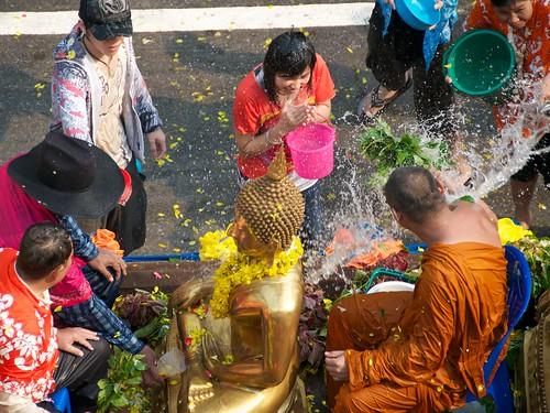 Songkran, Nong Khai - monks and buddhas