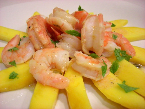 Salad with mango and shrimp