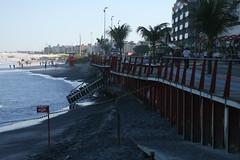 Parte do calçadão da Praia do Forte desabou em Cabo Frio